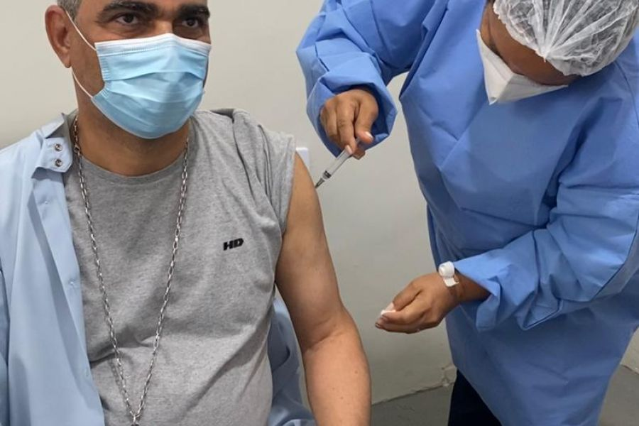 Dom Aldemiro Sena é vacinado contra a COVID-19, na cidade de Guarabira-PB